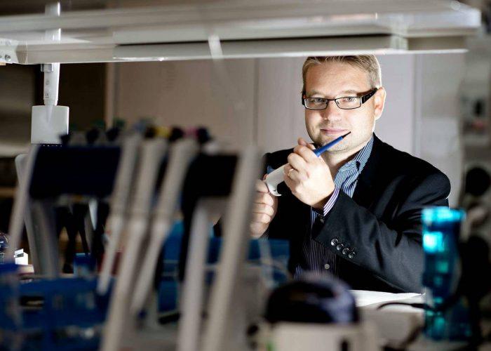 Prof. Hannes Lohi Koiratiede voi auttaa ihmisen syövän ja autismin hoidossa – Kun löydetään koiralta geenivirhe ja sair[...]